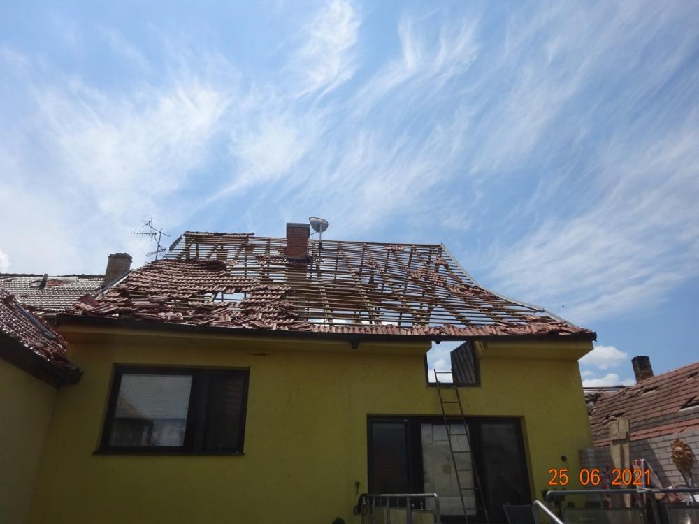 poškozená střecha