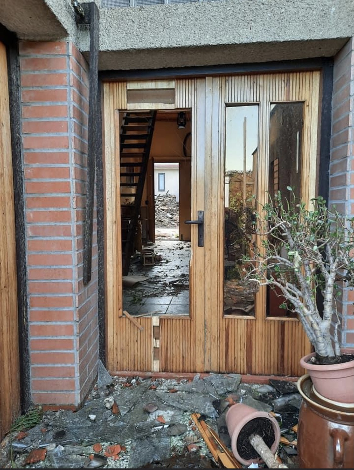 rozbité dveře